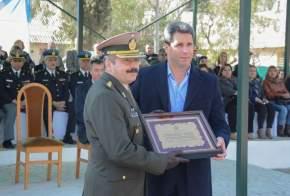 Obsequio al jefe de la X Agrupación de Gendarmería, comandante mayor Marcelo Wilfredo Bravi, en nombre del Gobierno de San Juan que entregó el gobernador Uñac