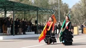 Desfile con participación de abanderados de colectividades