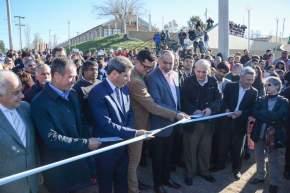 Corte de cintas inaugurando el barrio Complejo 8 de Rivadavia