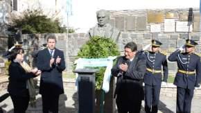 Ofrenda de laureles ante el busto de Sarmiento en la Casa Natal del Prócer