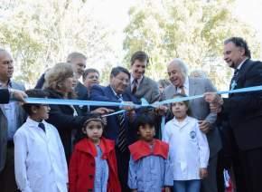 Corte de cintas en la inauguración de remodelaciones en la Escuela Albert Einstein, en el departamento Sarmiento