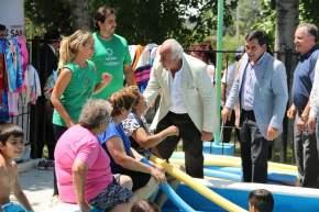 Los adultos mayores en la orilla de la pileta, saludados por las autoridades